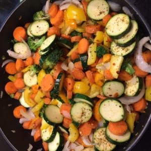 Sauté aux légumes assaisonné avec un mélange d'épices grecques